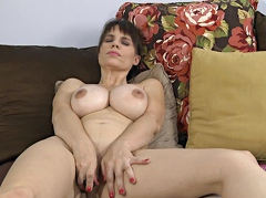 SEXU Movie:Masturbating her tight mature ...